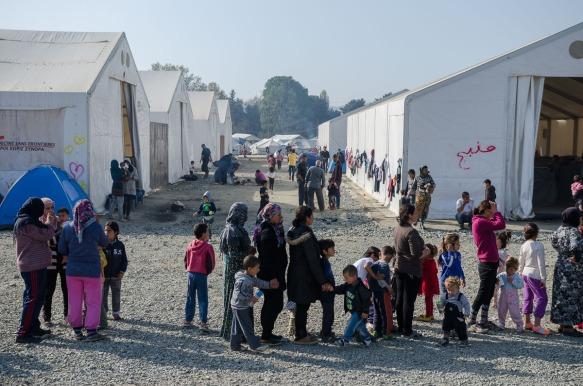 W obozie uchodźców kolejka to codzienność. Po jedzenie, po buty, po specjalne papki dla niemowląt, po ubrania, do wody, do szkoły, do lekarza. Kolejka po uzyskanie półrocznego oficjalnego azylu na greckiej ziemi jest największa. Tak wielka iż system, który obsługiwany jest przez dwójkę prawników przy użyciu skype'a w Salonikach praktycznie nie działa i ludzie nawet jeśli chcą mieć oficjalne papiery czasowego pobytu w Grecji nie są w stanie ich uzyskać. System nie działa bo chętnych jest za dużo a obsługujących za mało, bo łącza nie wytrzymują, bo biuro jest za małe, bo języków którymi posługują się mieszkańcy Camp Idomeni też jest wiele i potrzeba tłumaczy; najlepiej jak najwięcej jednego dnia bo po Syryjczyku zadzwoni Pakistańczyk, następny będzie mieszkaniec Ghany albo Bangladeszu.
